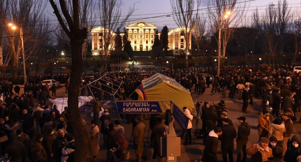Protestujący wznieśli barykady przed budynkiem parlamentu w Erywaniu