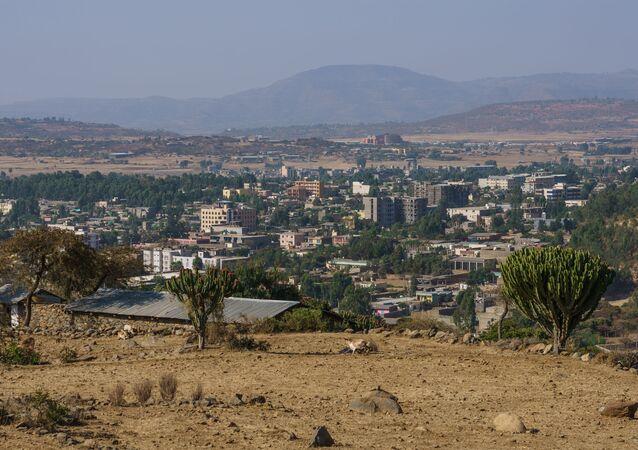 Widok ze wzgórza w pobliżu Abba Pentalevon w mieście Aksum, region Tigraj, Etiopia