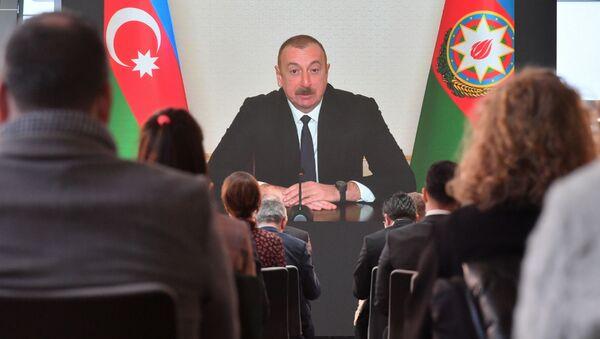 Prezydent Azerbejdżanu Ilham Alijew przemawia na konferencji prasowej dla przedstawicieli lokalnych i zagranicznych mediów podczas telekonferencji w Baku w Azerbejdżanie - Sputnik Polska