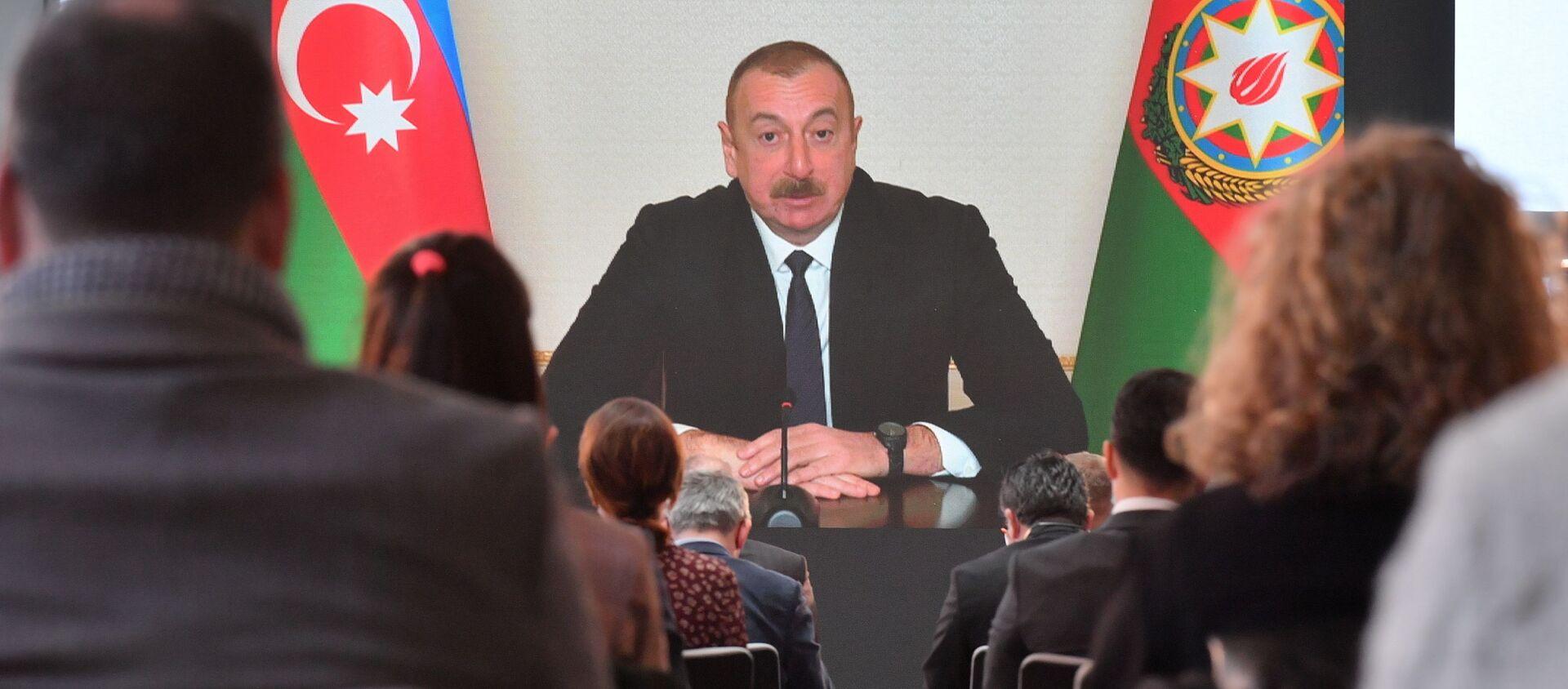 Prezydent Azerbejdżanu Ilham Alijew przemawia na konferencji prasowej dla przedstawicieli lokalnych i zagranicznych mediów podczas telekonferencji w Baku w Azerbejdżanie - Sputnik Polska, 1920, 26.02.2021