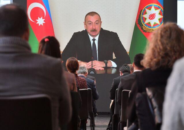 Prezydent Azerbejdżanu Ilham Alijew przemawia na konferencji prasowej dla przedstawicieli lokalnych i zagranicznych mediów podczas telekonferencji w Baku w Azerbejdżanie