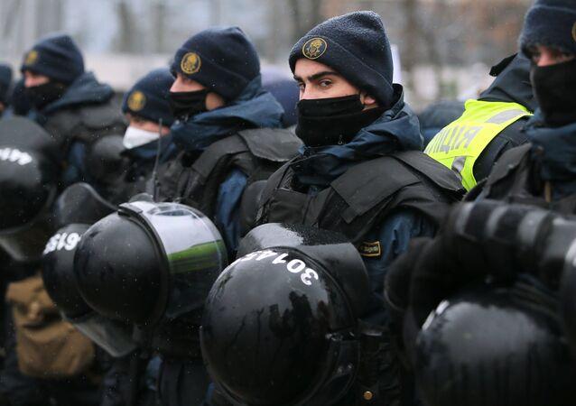 Policjanci podczas protestów w Kijowie.