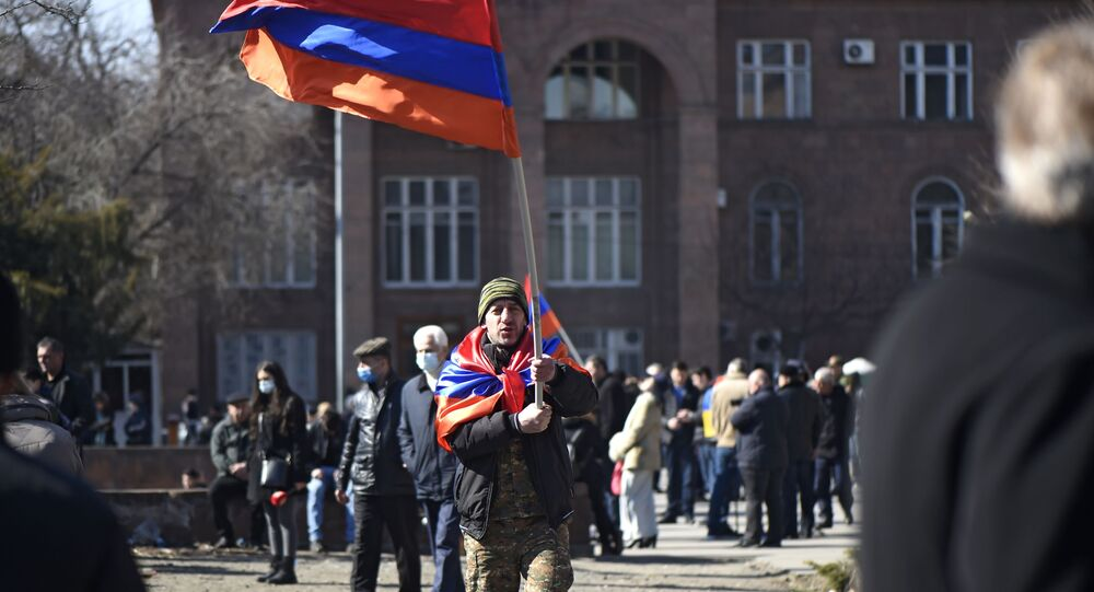 Protesty pod gmachem parlamentu w Erywaniu.