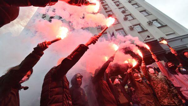 Odpalanie rac podczas protestów radykałów na Ukrainie - Sputnik Polska