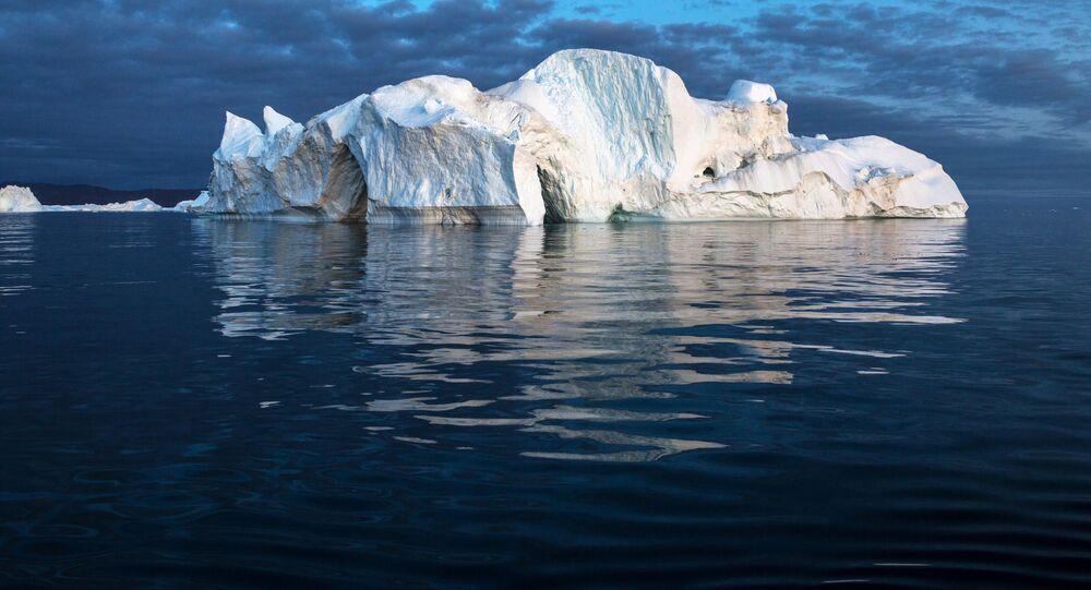 Góra lodowa w pobliżu Grenlandii.
