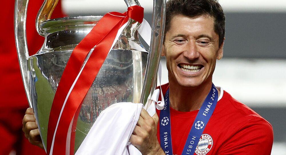 Robert Lewandowski świętuje zwycięstwo Bayern Monachium w Lidze Mistrzów (23.08.2020)