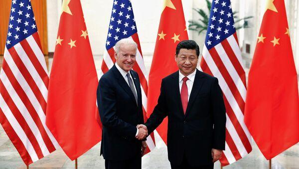 Przewodniczący Chin Xi Jinping i wiceprezydent USA Joe Biden w Pekinie. 2013 r.  - Sputnik Polska