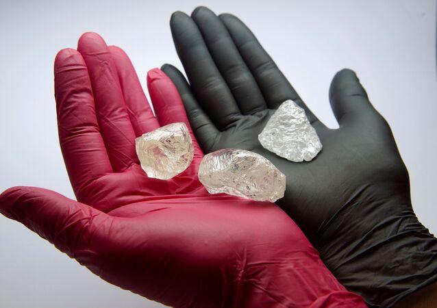 Kamienie szlachetne, w tym również diament 2C BLK CLEAV 242CT o masie 242,31 karata