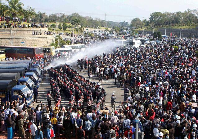 Protesty przeciwko przejęciu władzy przez wojskowych w stolicy Mjanmy, Naypyidaw.