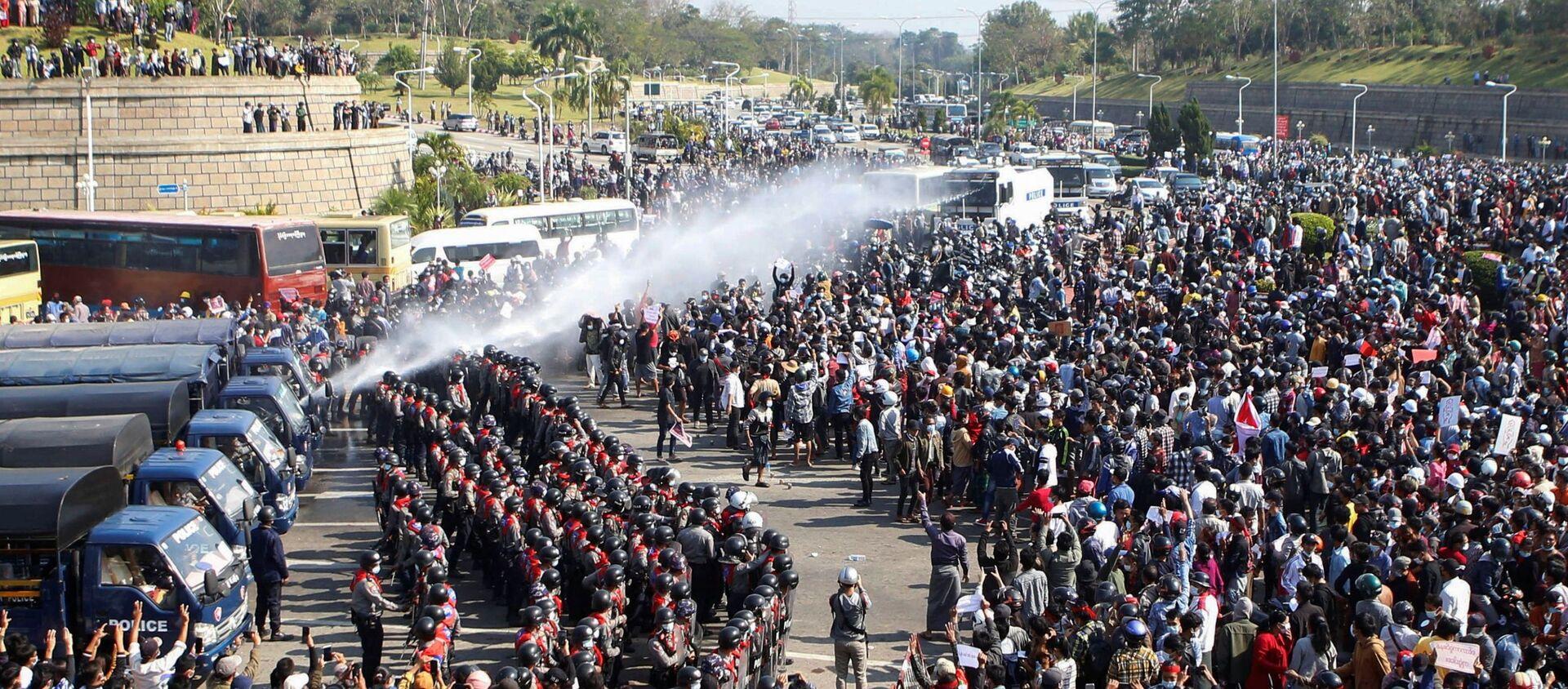 Protesty przeciwko przejęciu władzy przez wojskowych w stolicy Mjanmy, Naypyidaw. - Sputnik Polska, 1920, 01.03.2021