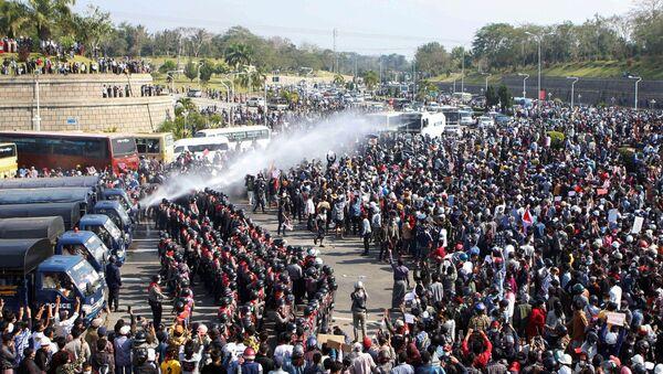 Protesty przeciwko przejęciu władzy przez wojskowych w stolicy Mjanmy, Naypyidaw. - Sputnik Polska