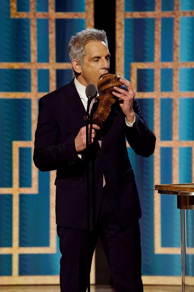 Актер Бен Стиллер с булкой в виде статуэтки глобуса на церемонии награждения премии Золотой глобус в США.