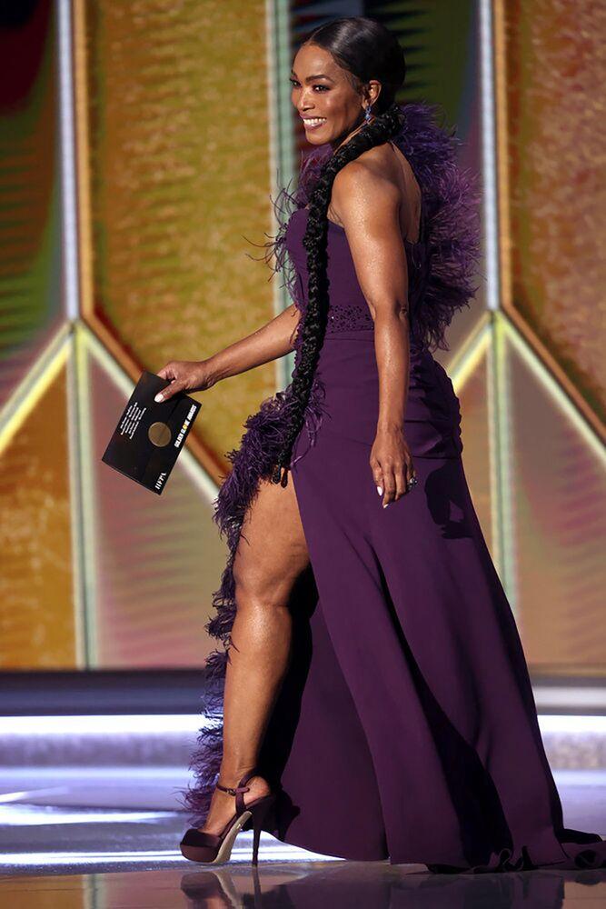 Ведущая Анджела Бассетт на церемонии награждения премии Золотой глобус в США.