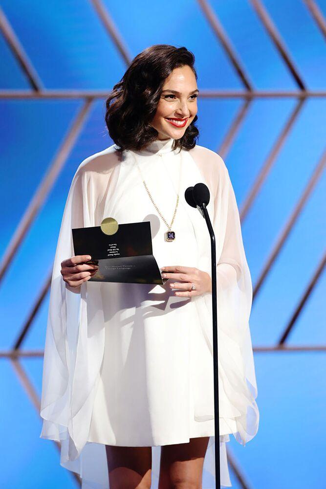 Израильская актриса Галь Гадот на церемонии награждения премии Золотой глобус в США.