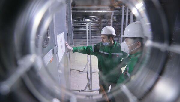 """Pracownicy w trakcie dostosowywania sprzętu i przygotowania przedsiębiorstwa """"R-Pharm"""" w Moskwie do produkcji szczepionki przeciwko COVID-19 - Sputnik Polska"""