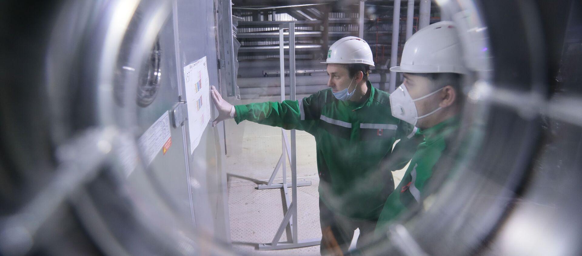 """Pracownicy w trakcie dostosowywania sprzętu i przygotowania przedsiębiorstwa """"R-Pharm"""" w Moskwie do produkcji szczepionki przeciwko COVID-19 - Sputnik Polska, 1920, 01.03.2021"""
