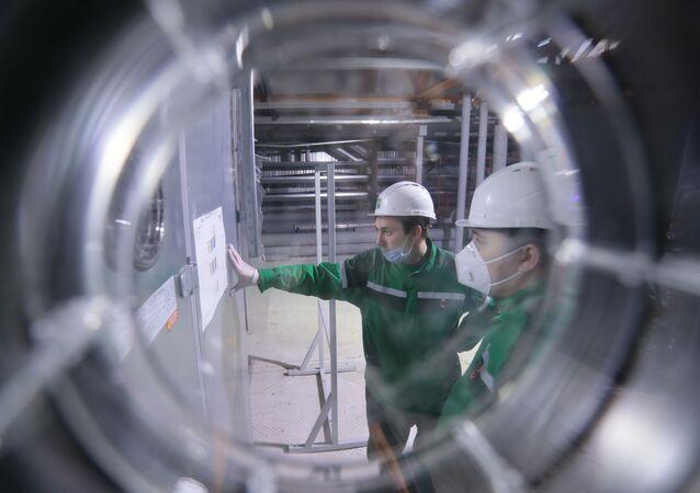 """Pracownicy w trakcie dostosowywania sprzętu i przygotowania przedsiębiorstwa """"R-Pharm"""" w Moskwie do produkcji szczepionki przeciwko COVID-19"""