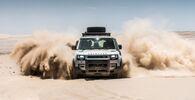Samochód Land Rover Defender w pustyni w Namibii