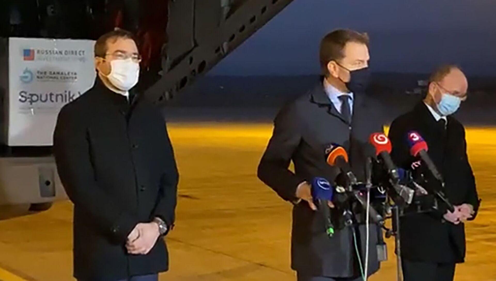 Premier Słowacji Igor Matovič (w środku) odpowiada na pytania dziennikarzy na lotnisku w Koszycach - Sputnik Polska, 1920, 11.03.2021