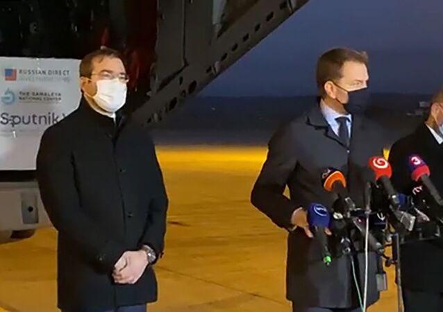 Premier Słowacji Igor Matovič (w środku) odpowiada na pytania dziennikarzy na lotnisku w Koszycach
