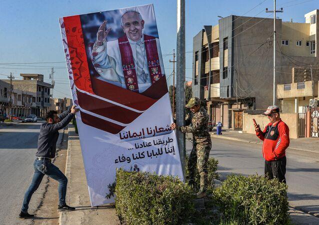 Plakat z Papieżem Franciszkiem w prowincji Niniwa