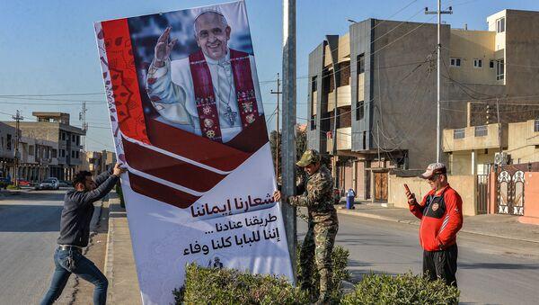 Plakat z Papieżem Franciszkiem w prowincji Niniwa - Sputnik Polska
