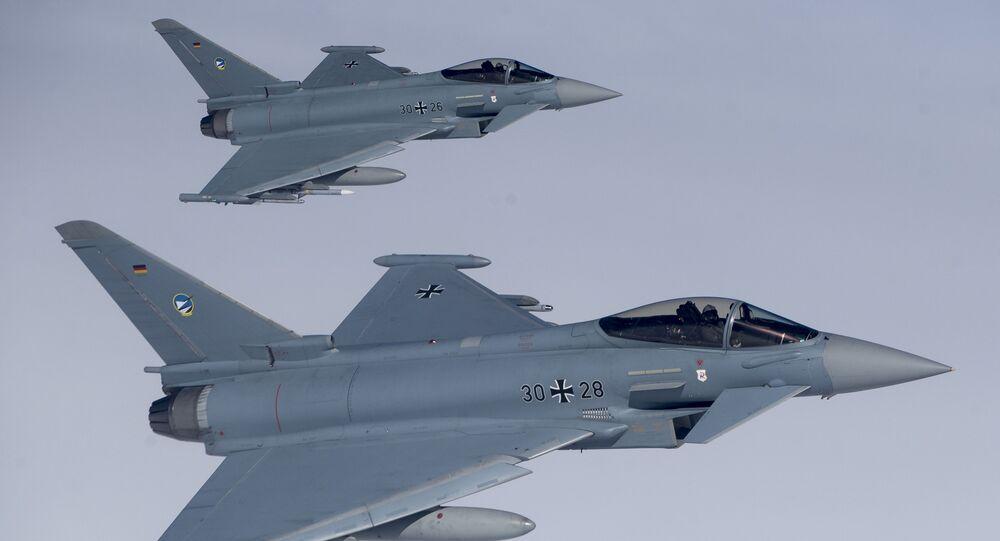Dwa niemieckie myśliwce Eurofighter Typhoon na niebie nad Litwa