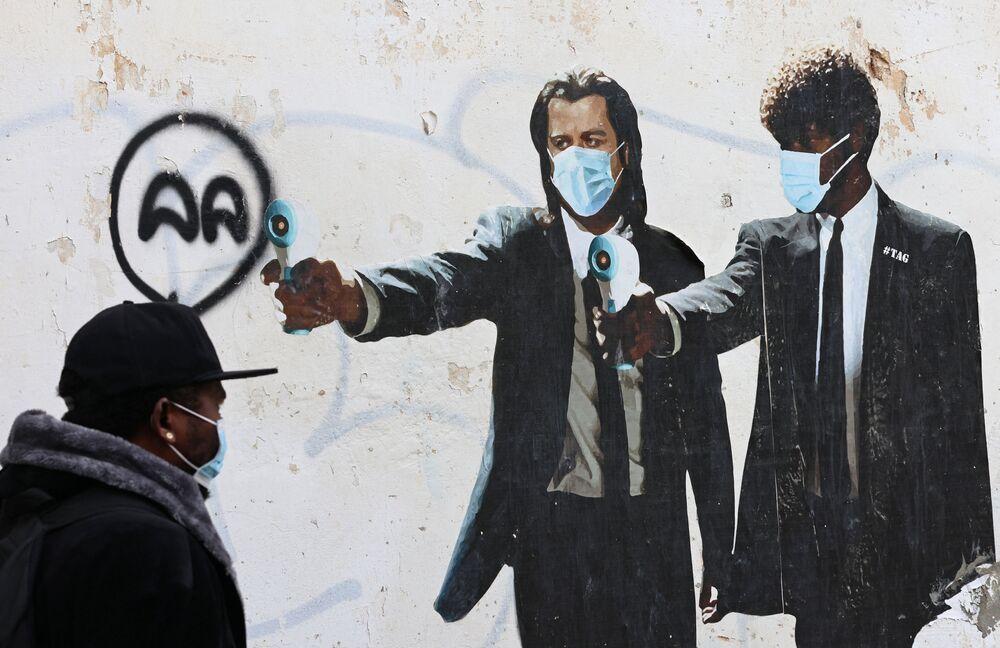 Zdjęcie Johna Travolty i Samuela L. Jacksona z termometrami zamiast pistoletów w Tel Awiwie