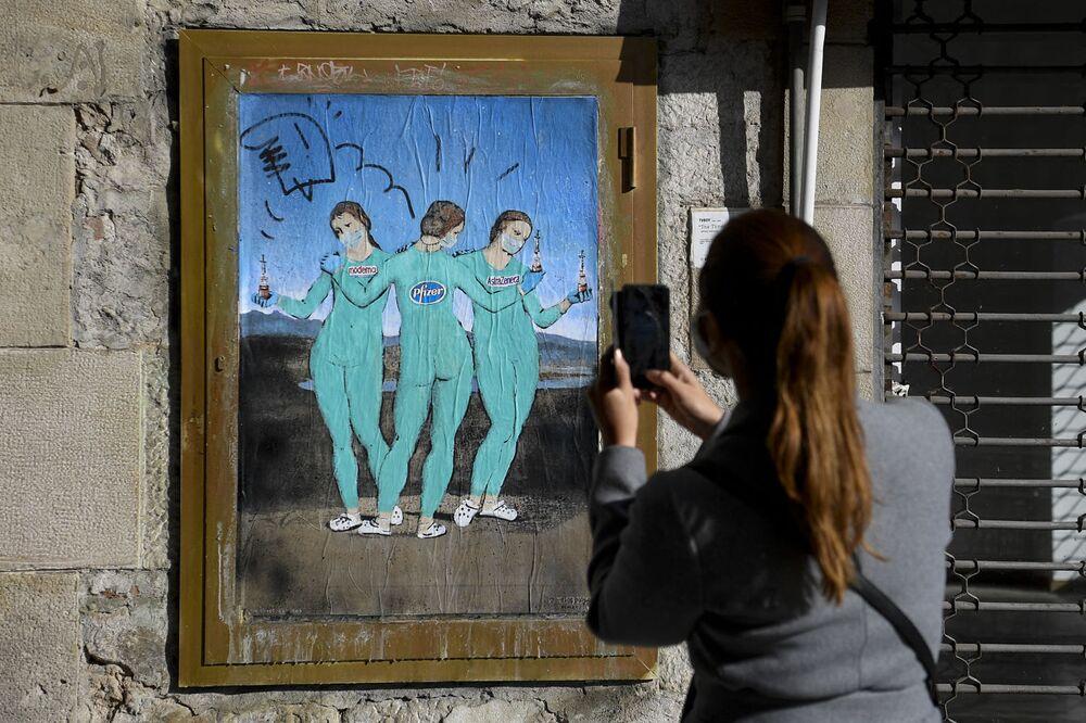 """Graffiti """"Trzy szczepionki"""" włoskiego artysty ulicznego TvBoy podobne do """"Trzy Gracje """"  Rafaela w Barcelonie"""