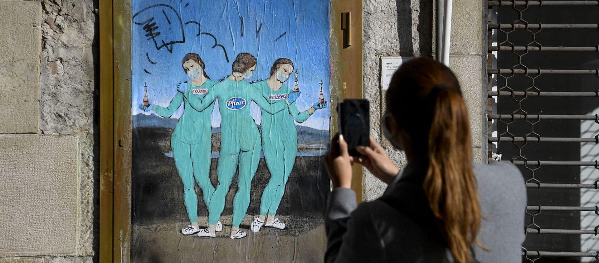 """Graffiti """"Trzy szczepionki"""" włoskiego artysty ulicznego TvBoy podobne do """"Trzy Gracje """"  Rafaela w Barcelonie - Sputnik Polska, 1920, 31.05.2021"""