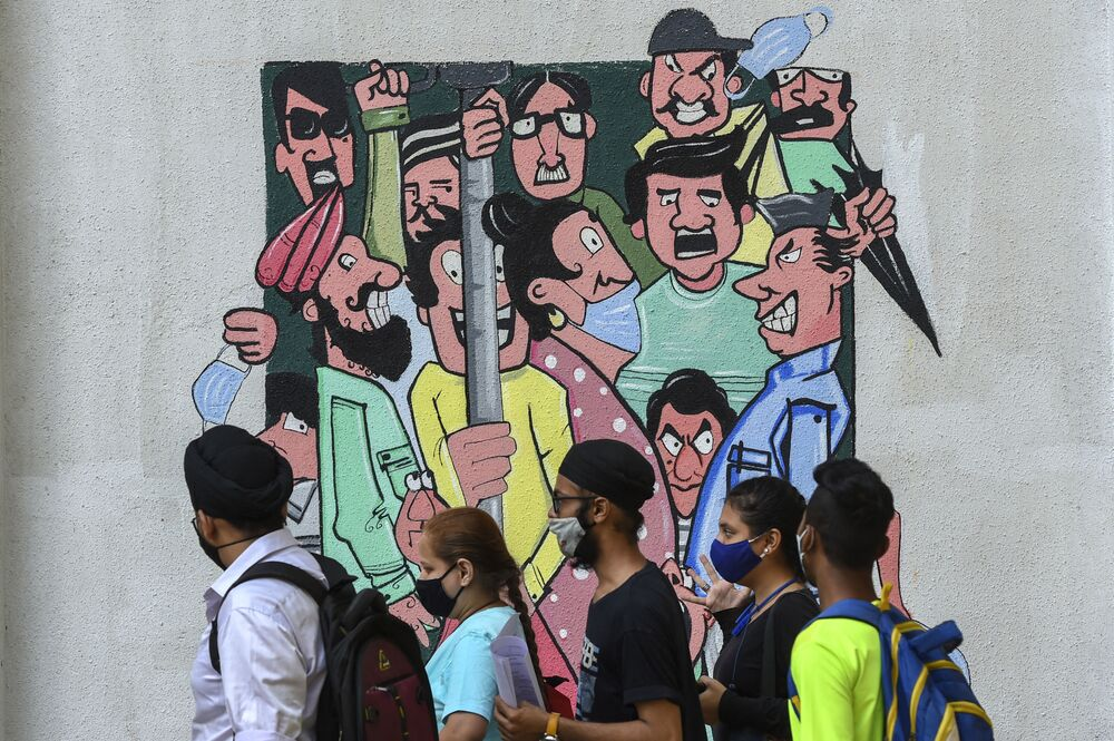 Graffiti przypominające o dystansie społecznym w Bombaju w Indiach
