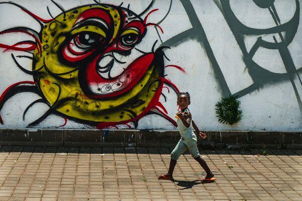 Dziecko z graffiti przedstawiającym COVID-19 w Soweto w RPA - Sputnik Polska
