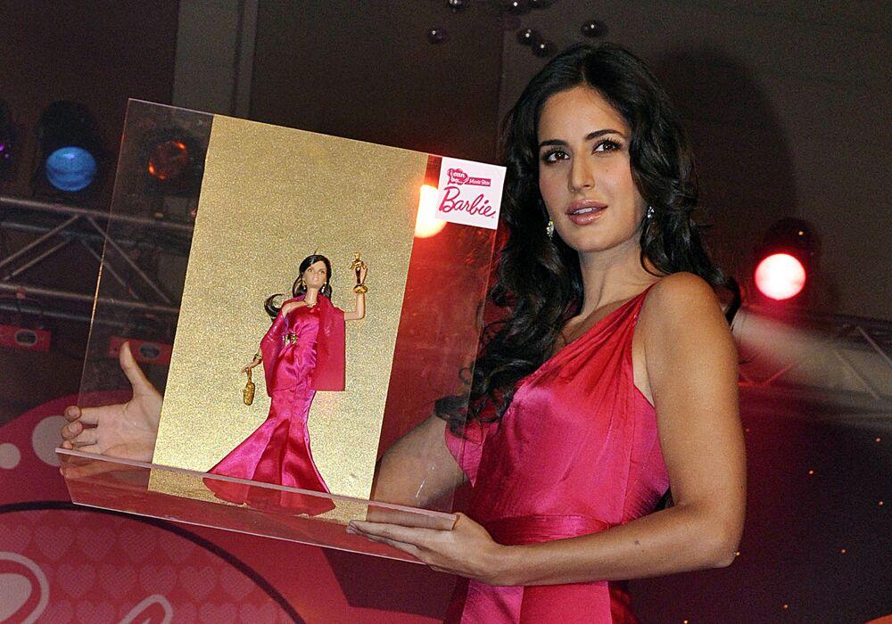 Aktorka Bollywood Katrina Kaif i jej lalka Barbie