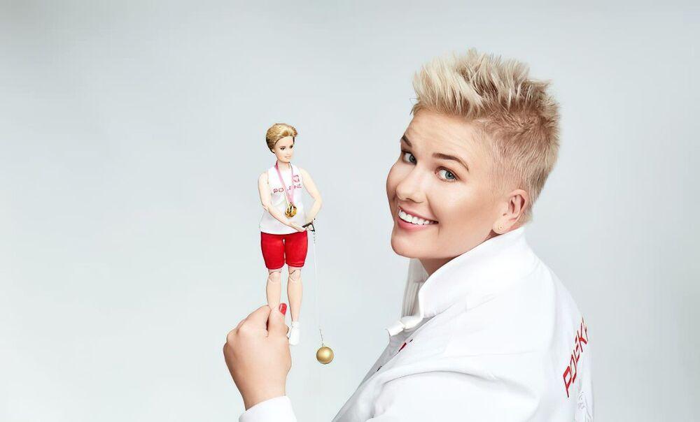 Mistrzyni olimpijska w rzucie młotem Anita Włodarczyk i jej lalka Barbie