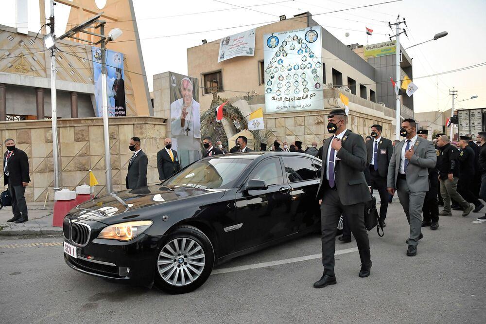 Samochód pod kościołem katolickim obrządku syryjskiego w Bagdadzie