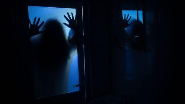 Mieszkanka Nowego Jorku (USA) opowiedziała, jak odkryła sekretny pokój za lustrem w łazience wynajmowanego mieszkania.  - Sputnik Polska
