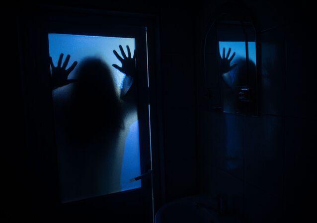 Mieszkanka Nowego Jorku (USA) opowiedziała, jak odkryła sekretny pokój za lustrem w łazience wynajmowanego mieszkania.