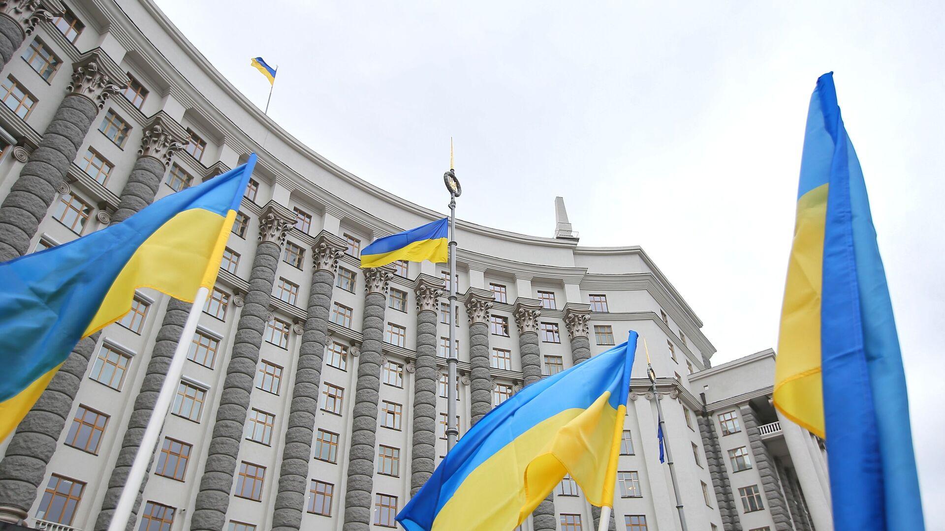 Flagi przed gmachem ukraińskiego parlamentu w Kijowie. - Sputnik Polska, 1920, 19.06.2021