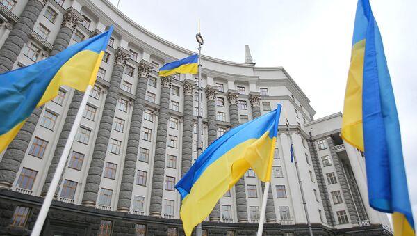Flagi przed gmachem ukraińskiego parlamentu w Kijowie. - Sputnik Polska