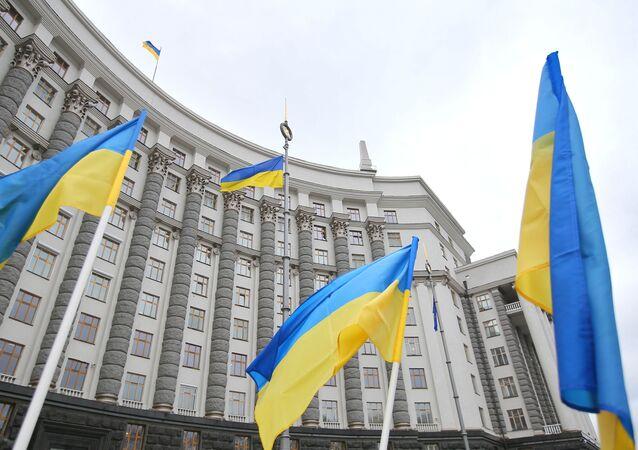 Flagi przed gmachem ukraińskiego parlamentu w Kijowie.