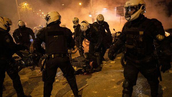 Policjanci stoją przy rannym w czasie demonstracji przeciwko brutalności policji w Atenach, Grecja - Sputnik Polska