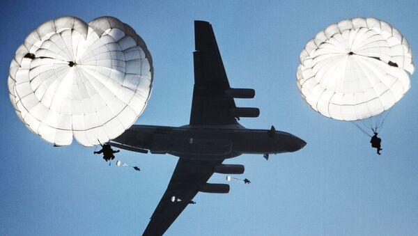 Zrzut desantu podczas wspólnych batalionowych ćwiczeń taktycznych spadochroniarzy Rosji, Białorusi i Serbii - Sputnik Polska