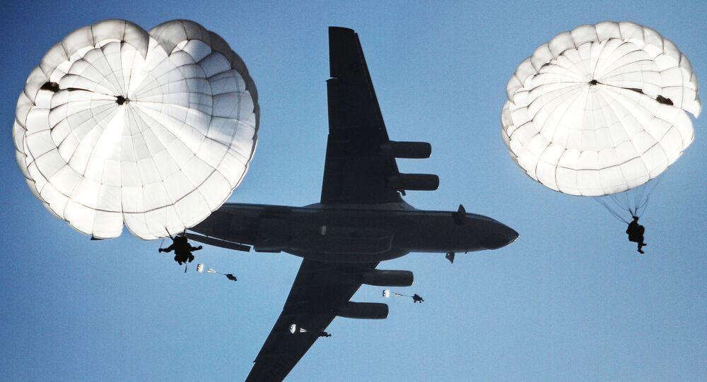 Zrzut desantu podczas wspólnych batalionowych ćwiczeń taktycznych spadochroniarzy Rosji, Białorusi i Serbii