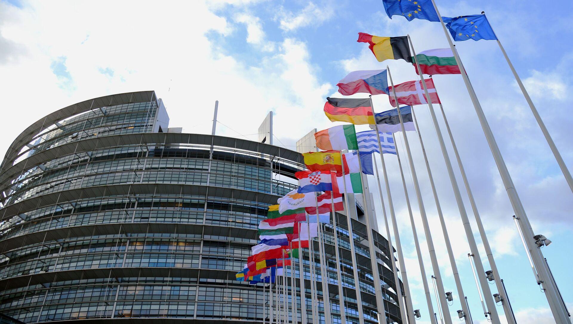 Flagi krajów UE przed budynkiem Parlamentu Europejskiego w Strasburgu. - Sputnik Polska, 1920, 17.05.2021