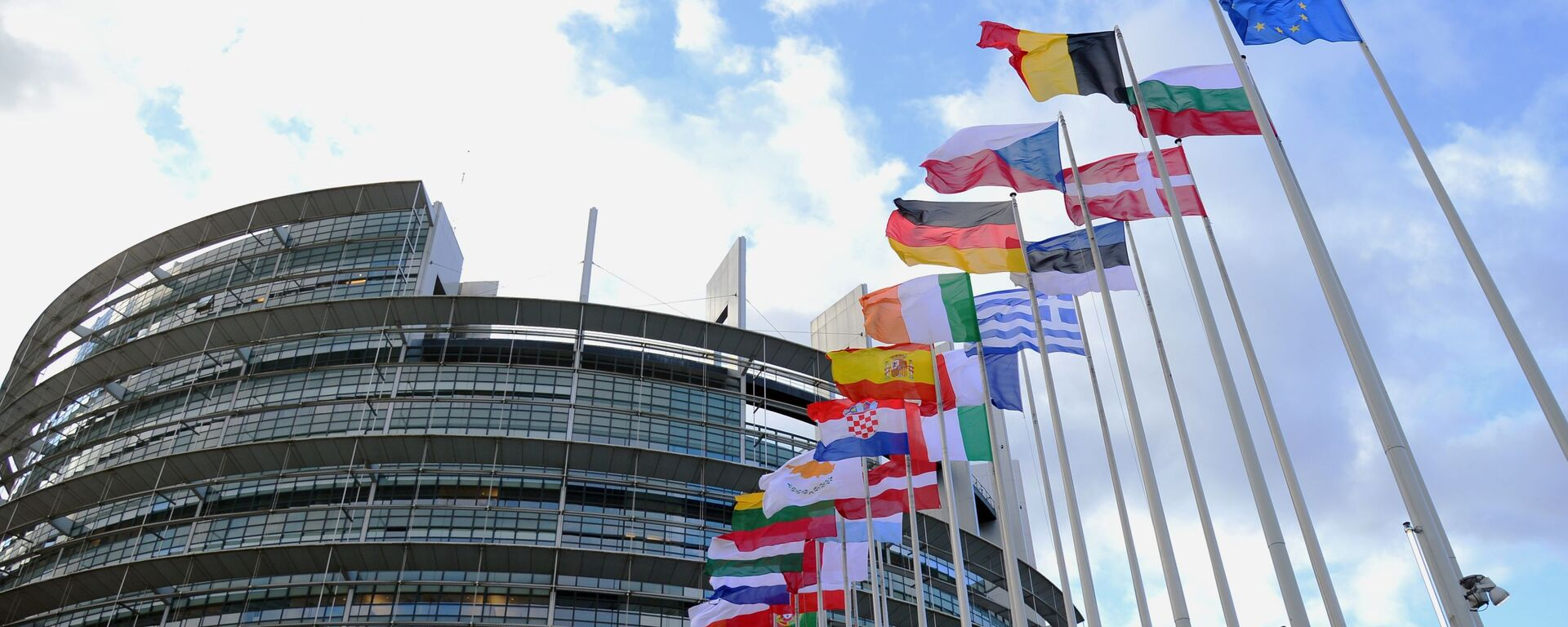 Flagi krajów UE przed budynkiem Parlamentu Europejskiego w Strasburgu. - Sputnik Polska, 1920, 12.03.2021