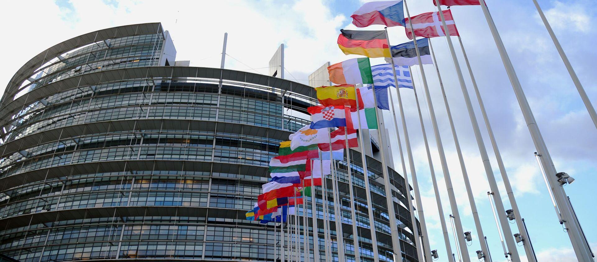 Flagi krajów UE przed budynkiem Parlamentu Europejskiego w Strasburgu. - Sputnik Polska, 1920, 29.04.2021
