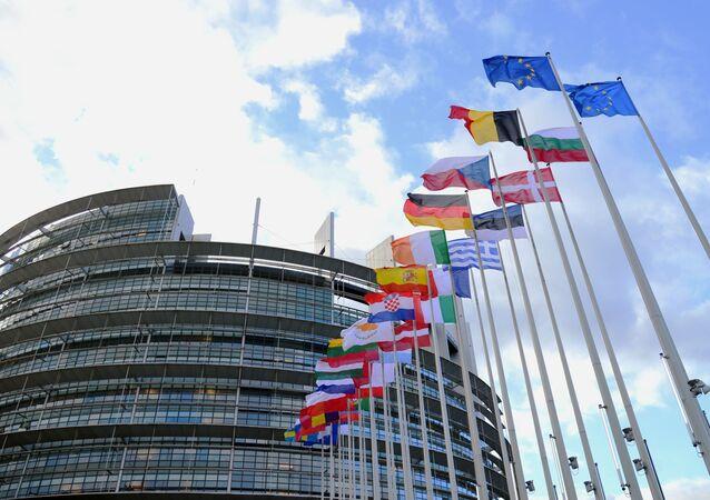 Flagi krajów UE przed budynkiem Parlamentu Europejskiego w Strasburgu.