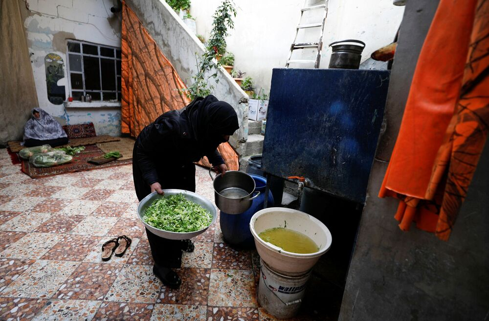 37-letnia wdowa myje zieleninę w syryjskim mieście Duma