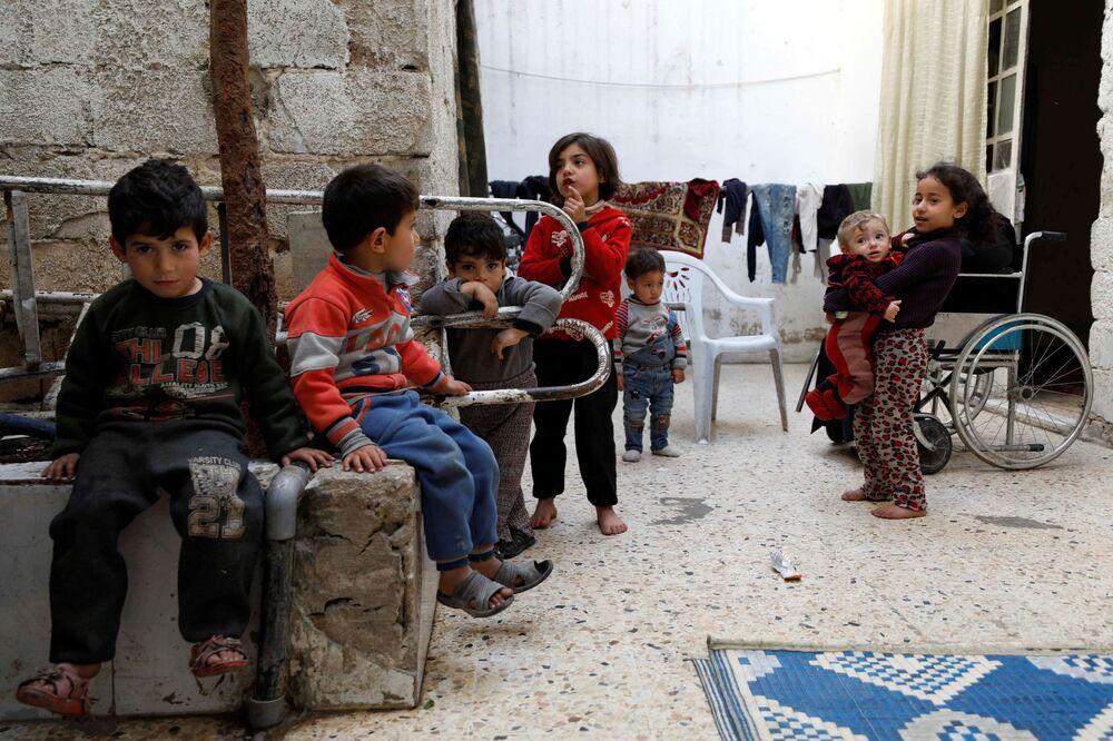 Syryjskie dzieci w Dumie, przedmieścia Damaszku, Syria