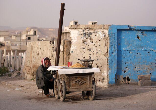Sprzedawca uliczny w Dumie, na przedmieściach Damaszku, Syria